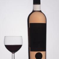 Verre et bouteille de vin en clair obscur